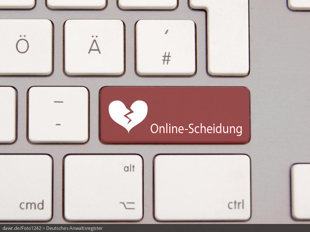 """Dieses Foto zeigt eine moderne Tastatur mit einer speziellen, dunkelroten Taste. Auf dieser Taste ist ein gebrochenes Herz und der Schriftzug """"Online-Scheidung"""" aufgedruckt. Diese Grafik eignet sich gut als symbolische Darstellung für das Thema Scheidung, wobei der Scheidungsantrag über das Internet beim Rechtsanwalt eingereicht und abgewickelt wird."""